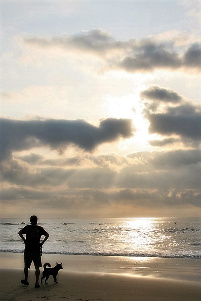 佐原さんのご主人と海辺でお散歩