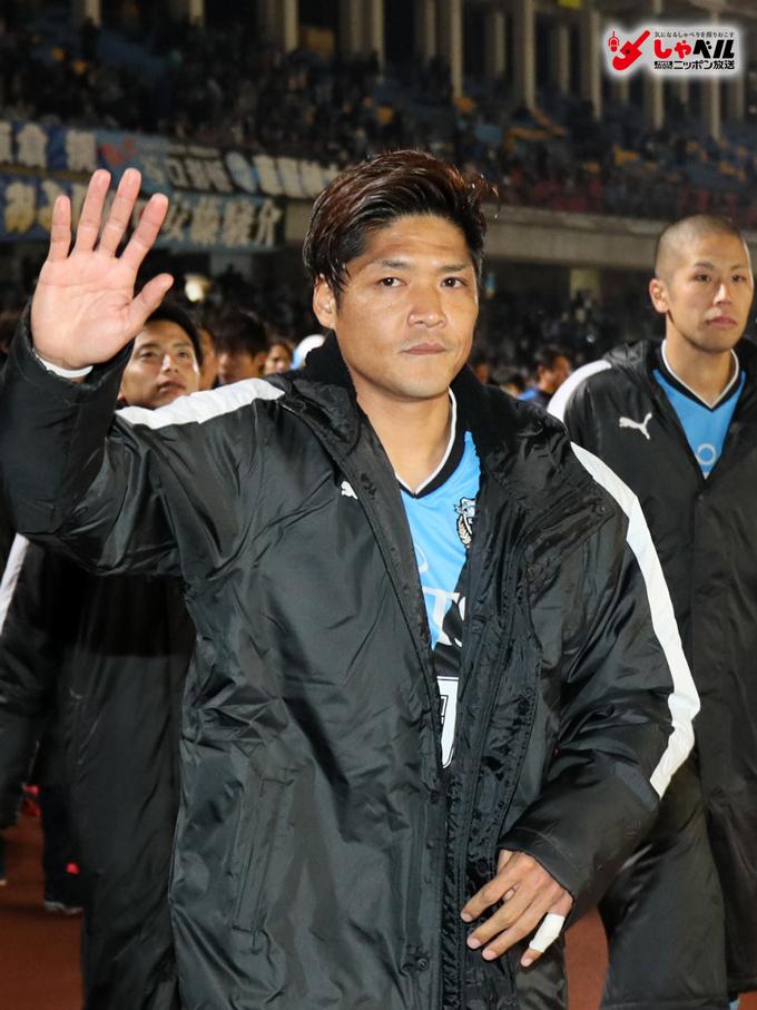 男子サッカー 天皇杯 川崎対浦和 勝利し、サポーターに挨拶する川崎・大久保嘉人1