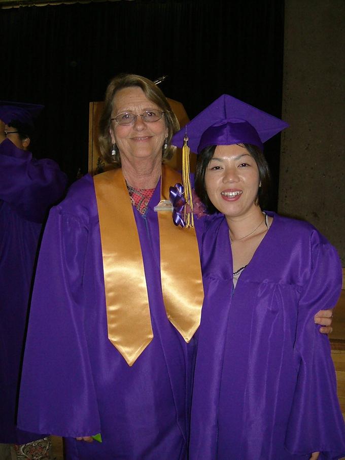 留学先の大学卒業式で校長先生と一緒に(w680)