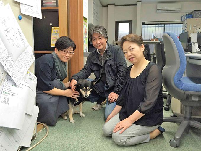 こまちの飼い主・加藤夫妻(右2人)と野村さん(w680)