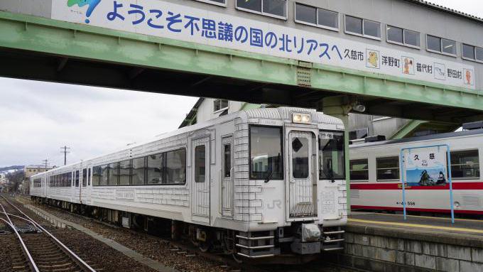 久慈駅で発車を待つ「東北エモーション」。