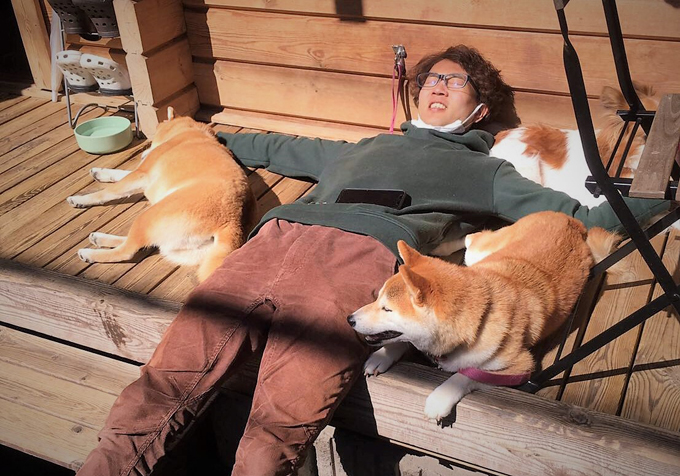 犬 いぬ イヌ 愛犬 囲まれる 生活 昼寝 日向ぼっこ 細野 栄作