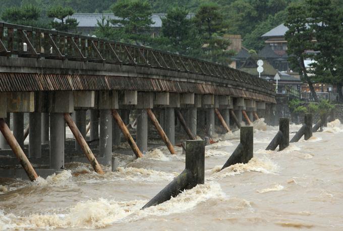 大雨 京都市 増水 桂川 嵐山 渡月橋 通行止め