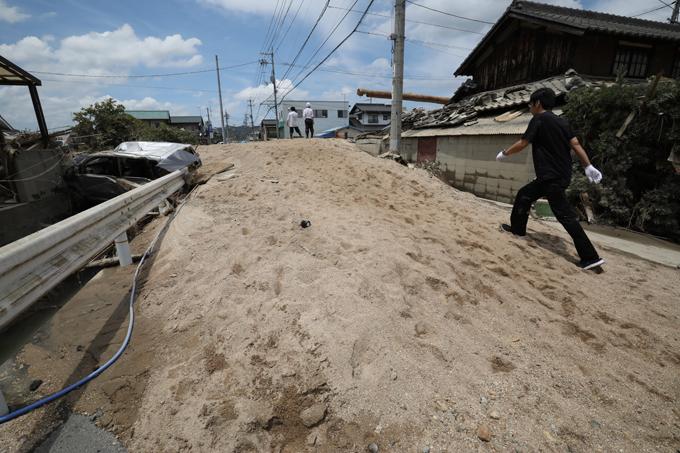 西日本 豪雨 被害 道路 堆積 土砂 車 通行 困難
