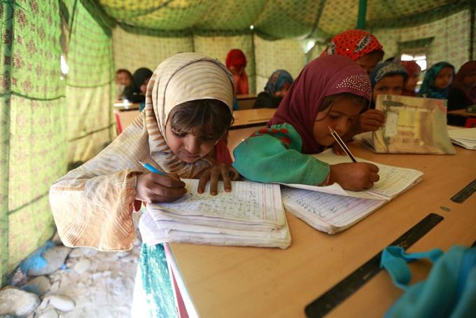 イエメン サヌア マーリブ 国内 避難民 キャンプ テント 授業 子供