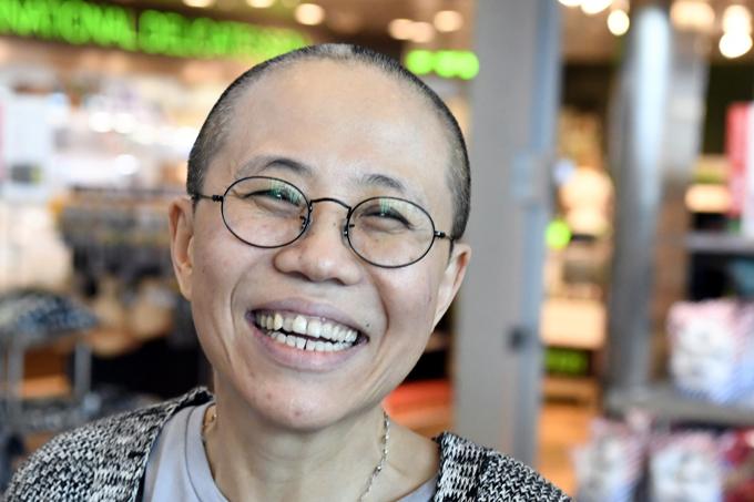 劉暁波 妻 劉霞 ドイツ フィンランド ヘルシンキ 空港 笑顔