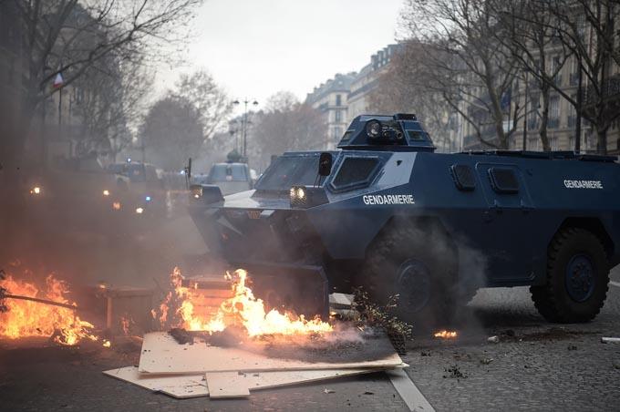 パリ 抗議デモ デモ フランス マクロン 政権 大統領 ドイツ 兵隊 警察 拘束