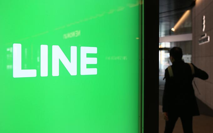 LINE株式会社のオフィスが入るJR新宿ミライナタワー付近の電子広告=2017年4月27日午前、東京都新宿区 写真提供:産経新聞社