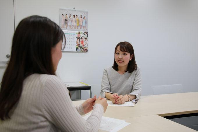 前島花音アナウンサーのインタビューを受ける熊谷実帆アナウンサー