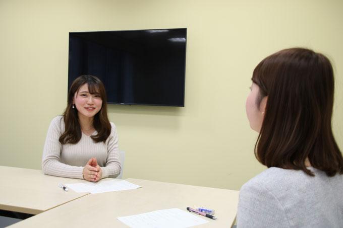 熊谷実帆アナウンサーのインタビューを受ける前島花音アナウンサー