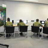 陸上自衛隊と米陸軍が実施したサイバー競技会で、問題に取り組む陸自隊員ら=2019年8月22日、防衛省 写真提供:時事通信社