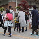 新型コロナ関連 仙台市小中で臨時登校始まる 登校する小学校1年生ら=2020年5月18日、仙台市青葉区 写真提供:産経新聞社