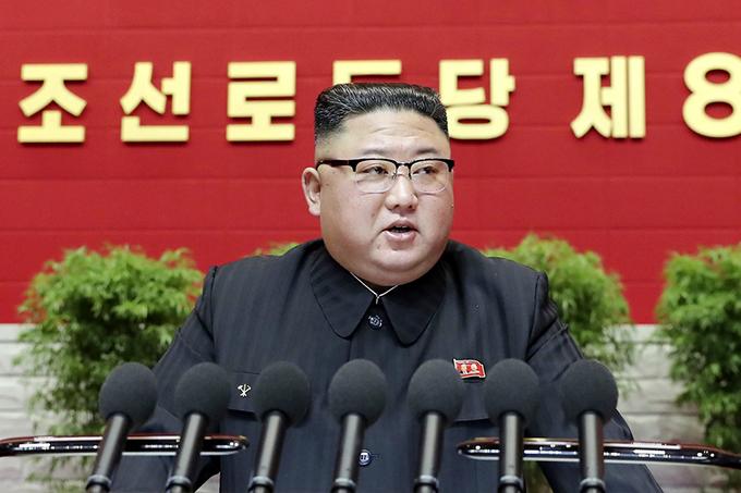 北朝鮮の第8回朝鮮労働党大会で開会の辞を述べる金正恩党委員長=2021年1月6日、平壌(朝鮮中央通信=共同) 写真提供:共同通信社