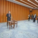 懇談会終了後のぶら下がりはメディアと距離をとって実施(経団連・古賀審議員会議長 1月27日撮影)