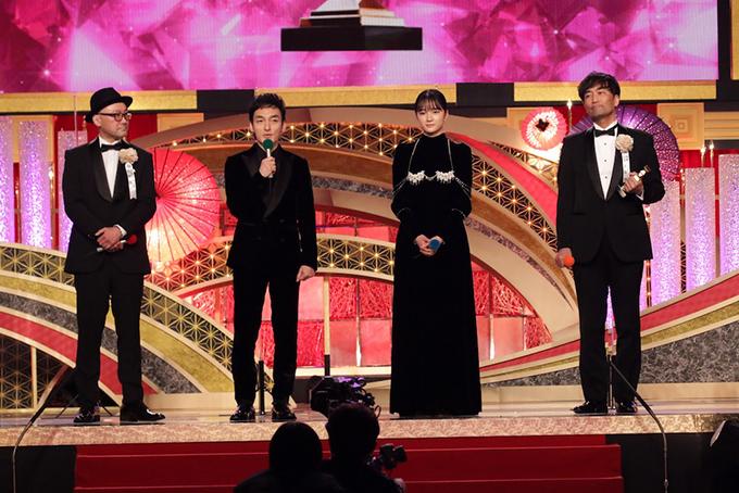 ※写真は、第44回日本アカデミー賞授賞式より(左から内田英治監督、草なぎ剛、服部樹咲、森谷雄プロデューサー)(C)日本アカデミー賞協会