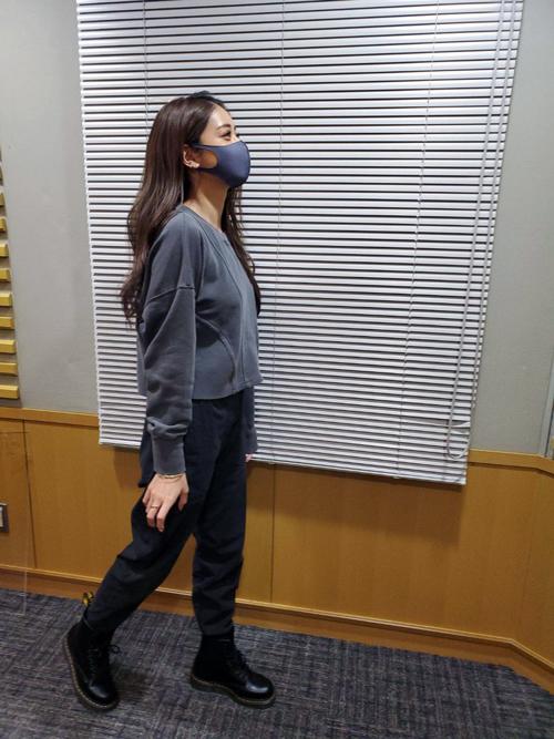 マスク姿で手にカフェラテ持ってTMCに入る、週刊誌に隠し撮りされた写真を自ら再現するみちょぱ(池田美優)