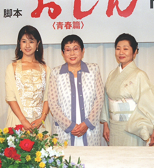 劇場飛天9月公演「おしん青春篇」制作発表 小林綾子、橋田壽賀子、泉ピン子(左から)=1998年7月28日 写真提供:産経新聞社