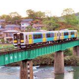 かつての第6久慈川橋梁を渡るキハE130系気動車・普通列車、水郡線・常陸大子~袋田間(2012年撮影)