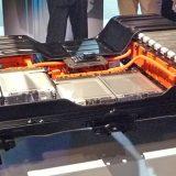 日産リーフの床面に敷き詰められたバッテリー