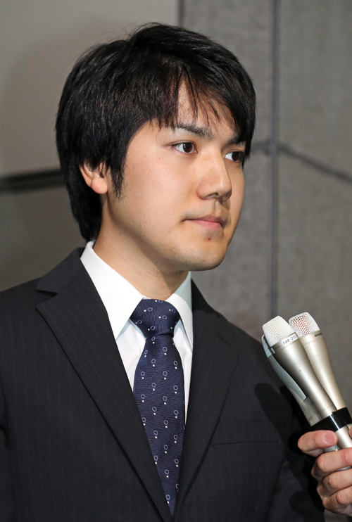 報道陣の取材に応じる小室圭さん=2017年05月17日午前、東京都中央区  写真提供:産経新聞社