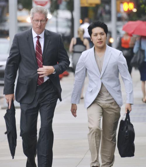 2018年8月13日、留学先の米ニューヨークのフォーダム大ロースクールに通学する小室圭さん(右)(共同) 写真提供:共同通信社