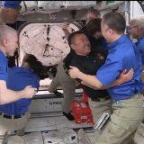 野口さんと星出さん、「再会」の瞬間(4月24日 NASAテレビから)