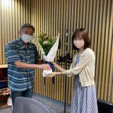 この日74歳の誕生日で、増山さやかアナウンサーからお祝いの花を受け取る小倉智昭