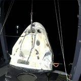 """回収船に""""えい航""""されたクルードラゴン(5月2日 NASAテレビから)"""