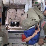 星出さんとの再会前、野口さんはこんなポーズをとって盛り上がっていた(4月24日 NASAテレビから)
