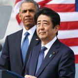 日米首脳が真珠湾慰問 真珠湾を背に演説に臨む安倍晋三首相。奥はオバマ米大統領=2016年12月27日 写真提供:産経新聞社
