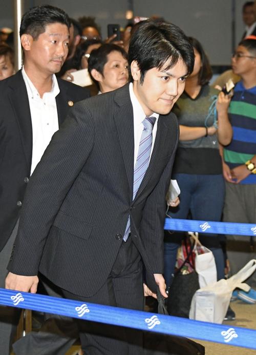 米国に出発する小室圭さん=2018年8月7日午後、成田空港 写真提供:共同通信社