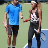 全米オープンの期間中、コーチのサーシャ・バイン氏(左)の指導を受ける大坂なおみ=4日、ニューヨーク(共同)
