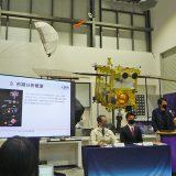 探査機「はやぶさ2」の模型の前で行われた記者会見(JAXA相模原キャンパス 6月17日撮影)