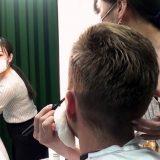 QB HOUSEの美容師にメイク&ヘアセットを施される厚切りジェイソン~キュービーネットホールディングス株式会社4月14日プレスリリースより