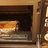 電子レンジで解凍する国産あなごと牛しぐれ煮弁当