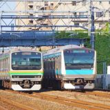 E231系電車(左)とE233系電車(右)・普通列車、東海道本線・鶴見~川崎間
