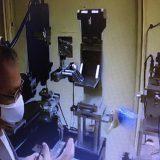 金属パイプ(写真右)のX線が分析装置に到達する(オンライン画面から)