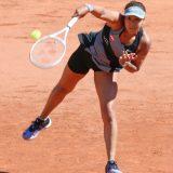 全仏テニス 女子シングルス1回戦の第1セット、サーブを放つ大坂なおみ(日清食品)=2021年5月30日、フランス・パリ 写真提供:時事通信社