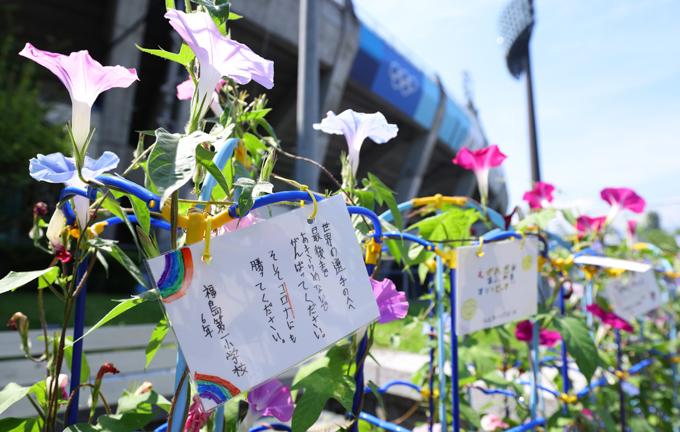 【東京五輪2020】ソフトボール公式練習 球場外に設置された朝顔には子どもたちから選手へのメッセージが書かれていた=2021年7月20日午前、福島県営あづま球場 写真提供:産経新聞社