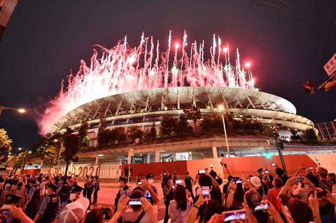 【東京五輪2020】開会式で国立競技場から打ちあがる花火=2021年7月23日午後、東京都渋谷区 写真提供:産経新聞社