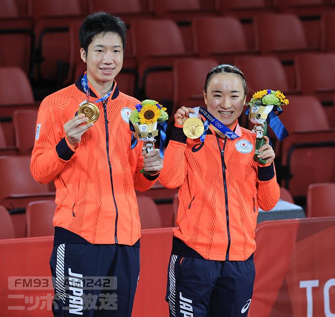 【東京五輪2020 卓球混合ダブルス】金メダルを手にする水谷隼と伊藤美誠=東京体育館 撮影日:2021年07月26日 写真提供:産経新聞社