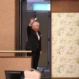 株主総会で手を振る修会長(2021年6月25日 スズキ提供)