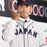 野球日本代表の監督就任が発表され、ユニホーム姿でポーズをとる稲葉篤紀氏=2017年7月31日午後、東京都内のホテル 写真提供:共同通信社