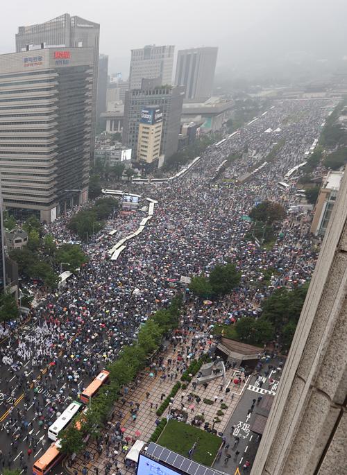 韓国大統領の光復節演説 集会に参加する市民ら ~反政府デモ隊が政府と与党の政策を批判  2020年8月15日  YONHAPNEWS/ニューズコム/共同通信イメージズ