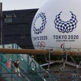 建物に描かれた東京五輪・パラリンピックのエンブレム=2021年6月2日午後、東京都目黒区 写真提供:共同通信社