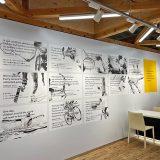クーリエカウンター メッセージが印刷された壁