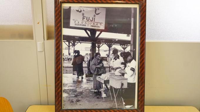 富陽軒に残されている、昔の富士駅における立ち売り風景の写真