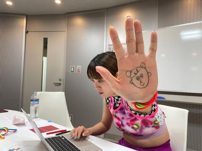 OPトーク考えてなさすぎて写真撮る余裕無かったフワちゃん。手のひらが「聴いてね」って言ってる!とのこと!!