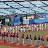 野球1次リーグ・日本-ドミニカ共和国。試合開始前に、整列する日本チーム(奥)。手前はドミニカ共和国=7月28日、福島県営あづま球場 写真提供:時事通信社