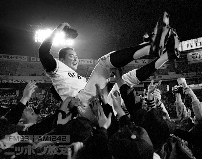 プロ野球 巨人対中日 通算400勝を達成し、胴上げされる巨人・金田正一投手 1969(昭和44)年10月10日、後楽園球場 写真提供:産経新聞社